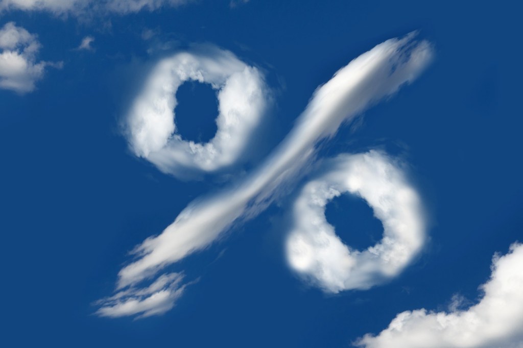 Prozentzeichen als Wolke vor blauem Himmel
